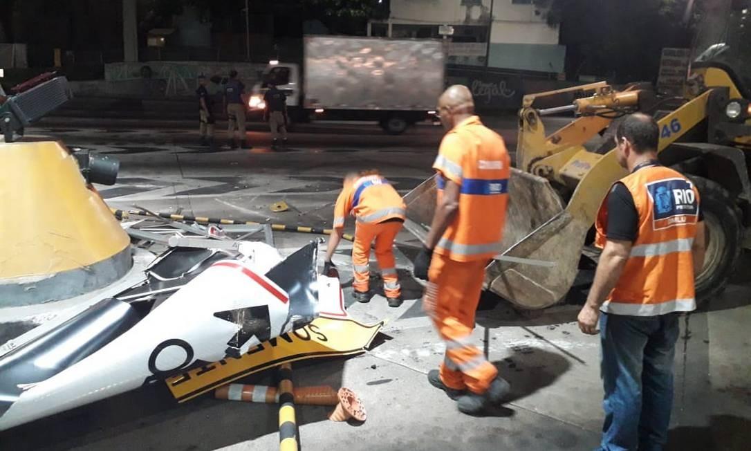 Funcionários da prefeitura destroem equipamentos da praça do pedágio Foto: Lívia Neder
