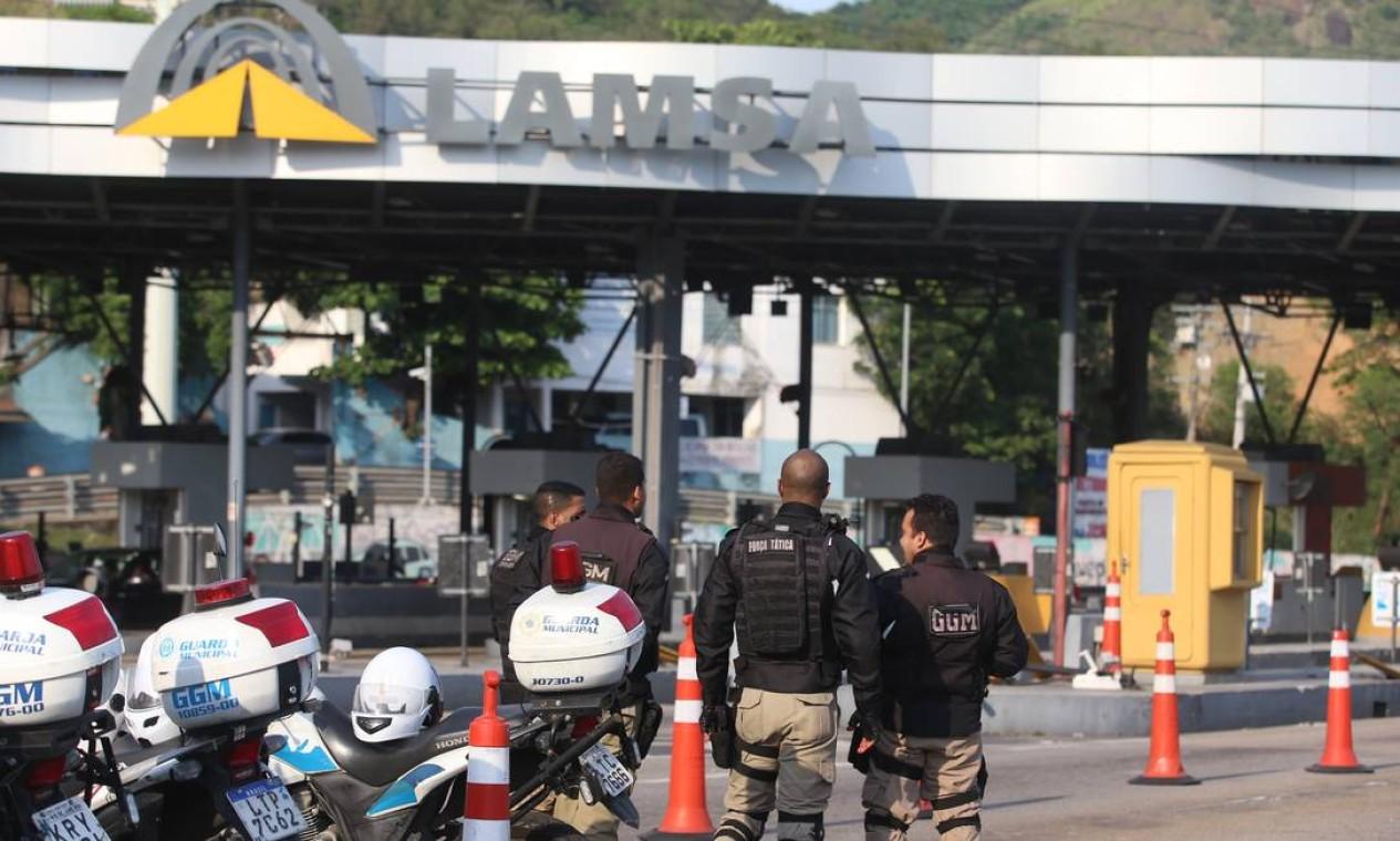 O ponto de encontro foi marcado na Praça do Pedágio: no entanto, não foi dito com antecedência qual seria o alvo Foto: Fabiano Rocha / Agência O Globo