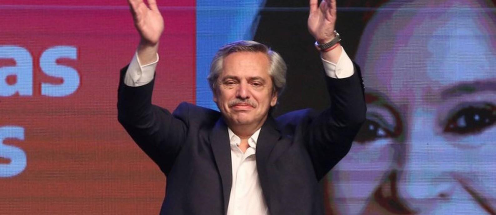 Alberto Fernández celebrando sua vitória logo após anúncio de resultado oficial Foto: AGUSTIN MARCARIAN / REUTERS