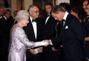 Elizabeth II e Daniel Craig Foto: Anwar Hussein / WireImage