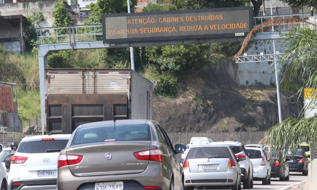 O aviso aos motorista sobre a praça do pedágio destruída Foto: Fabiano Rocha / Fabiano Rocha