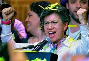 A líder do partido da Aliança Verde da Colômbia, Claudia Lopez, comemora depois de vencer as eleições para a prefeitura de Bogotá Foto: RAUL ARBOLEDA / AFP
