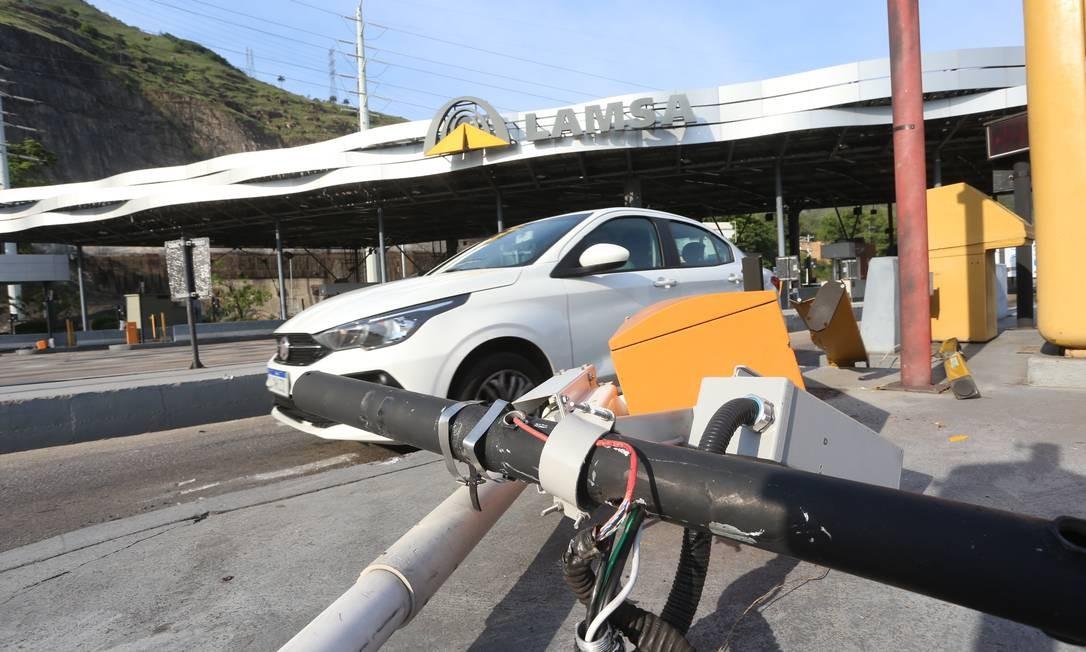 Carro passa por pedágio da Linha Amarela desativado na manhã desta segunda-feira Foto: Fabiano Rocha / Agência O Globo