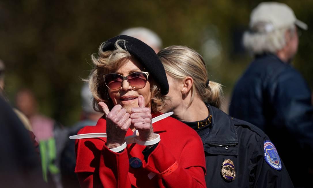 A atriz Jane Fonda mostra as algemas, após se presa durante um protesto em Wahington, no dia 18 de outubro Foto: SARAH SILBIGER / REUTERS