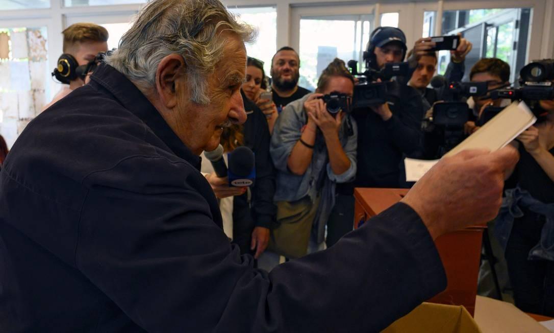 O ex-presidente José Mujica vota em Montevidéu Foto: PABLO PORCIUNCULA BRUNE / AFP