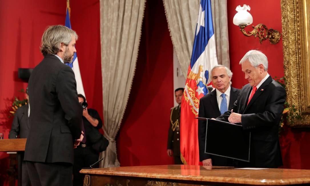 O novo ministro Interior chileno, Gonzalo Blumel, olha para o presidente Sebastián Piñera durante troca de gabinete Foto: IVAN ALVARADO / REUTERS