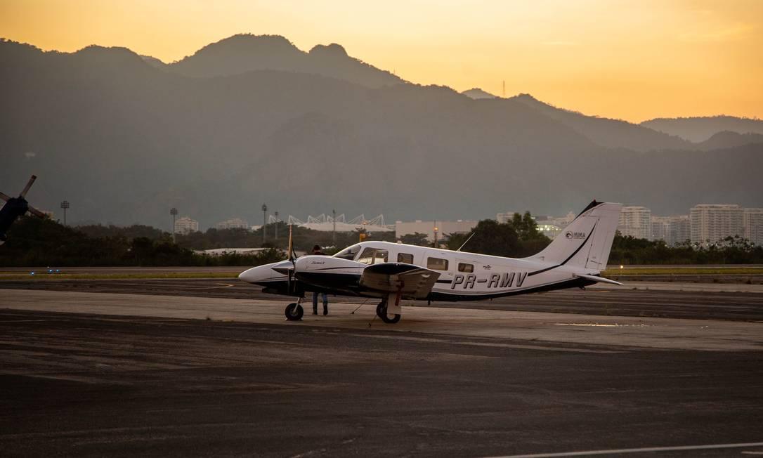 Aeronave em uma das pistas do aeroporto de Jacarepaguá Foto: Gabriela Fittipaldi / Agência O Globo