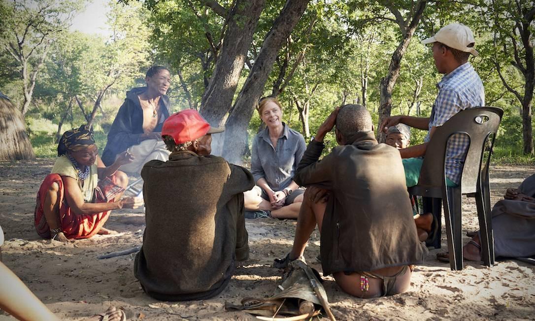 A geneticista Vanessa Hayes, da Universidade de Sydney, conversa com população nativa da Namibia, um dos grupos estudados para localização da origem da espécie humana Foto: Chris Bennett / Evolving Picture, Sydney (Australia)