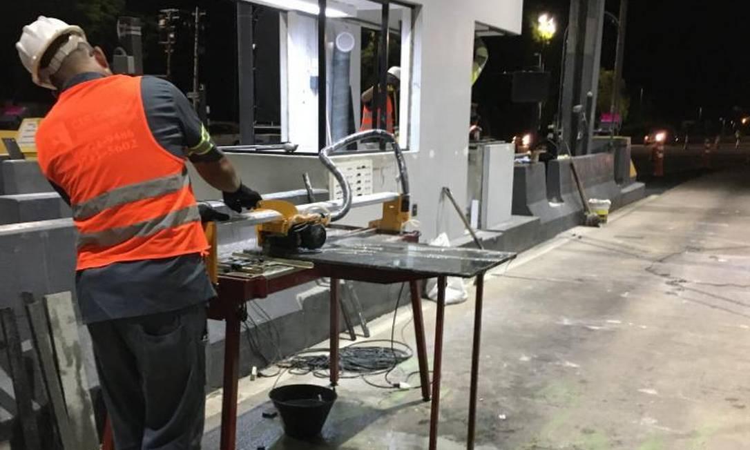 Cerca de 100 operários foram mobilizados para a reforma da praça do pedágio da Linha Amarela Foto: Divulgação