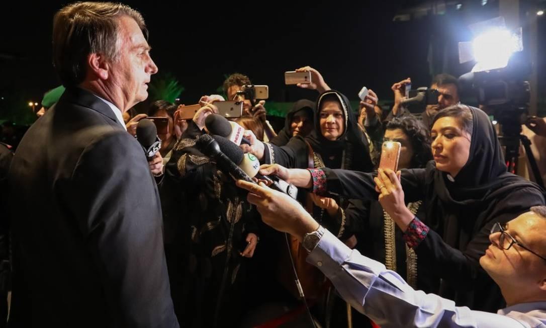 Presidente Jair Bolsonaro fala com a imprensa ao chegar em Riade Foto: Agência O Globo