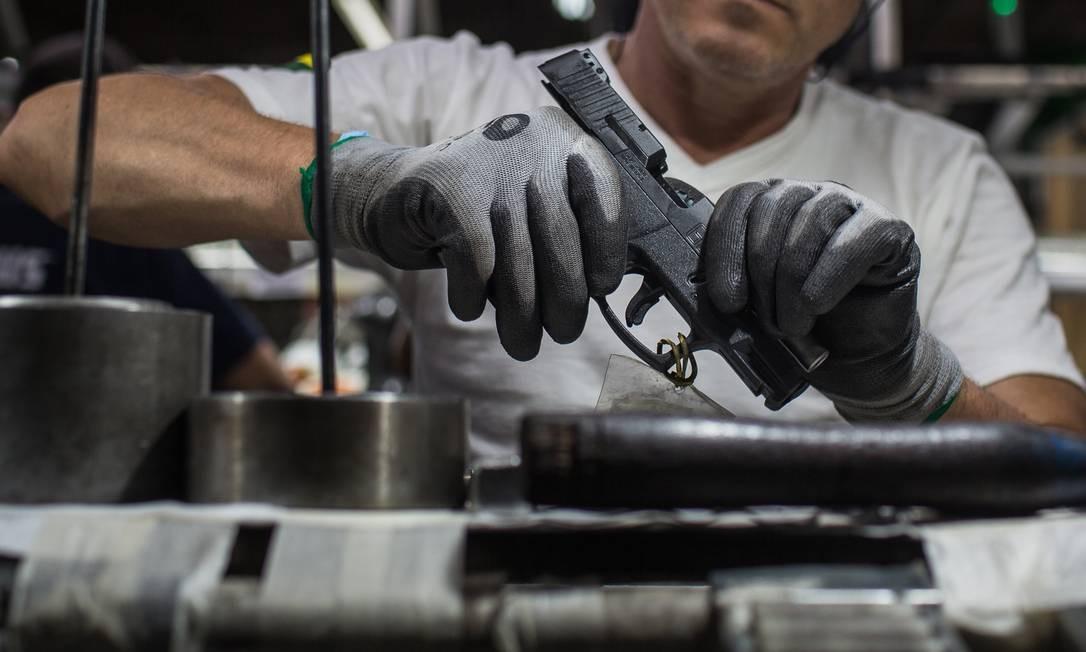 Funcionário monta pistola em fábrica em São Leopoldo, no Rio Grande do Sul. Mais de 52% das buscas foram feitas entre junho e agosto, depois que o presidente editou uma sequência de decretos sobre o assunto Foto: Victor Moriyama / Agência Ou balão