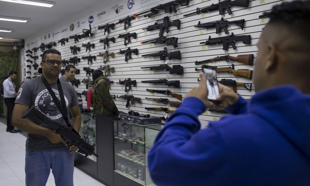 O número de registros de armas vem crescendo de forma praticamente contínua desde janeiro, segundo a Polícia Federal Foto: Edilson Dantas / Agência O Globo