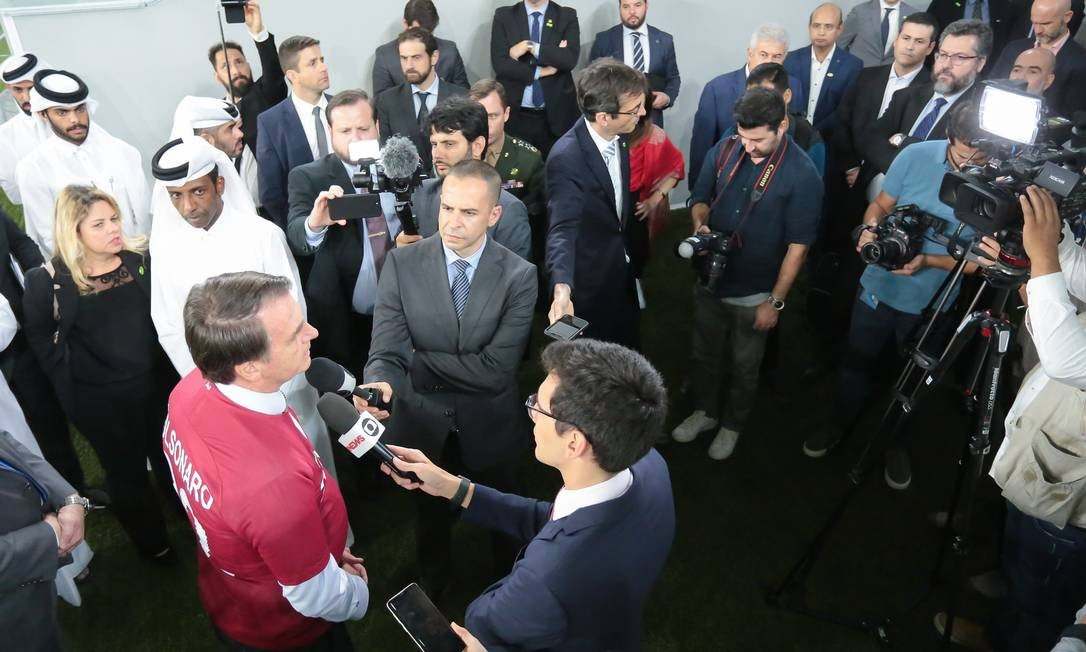 O presidente Jair Bolsonaro durante visita ao estádio de futebol Al Janoub Foto: Valdenio Vieira / Presidência da República