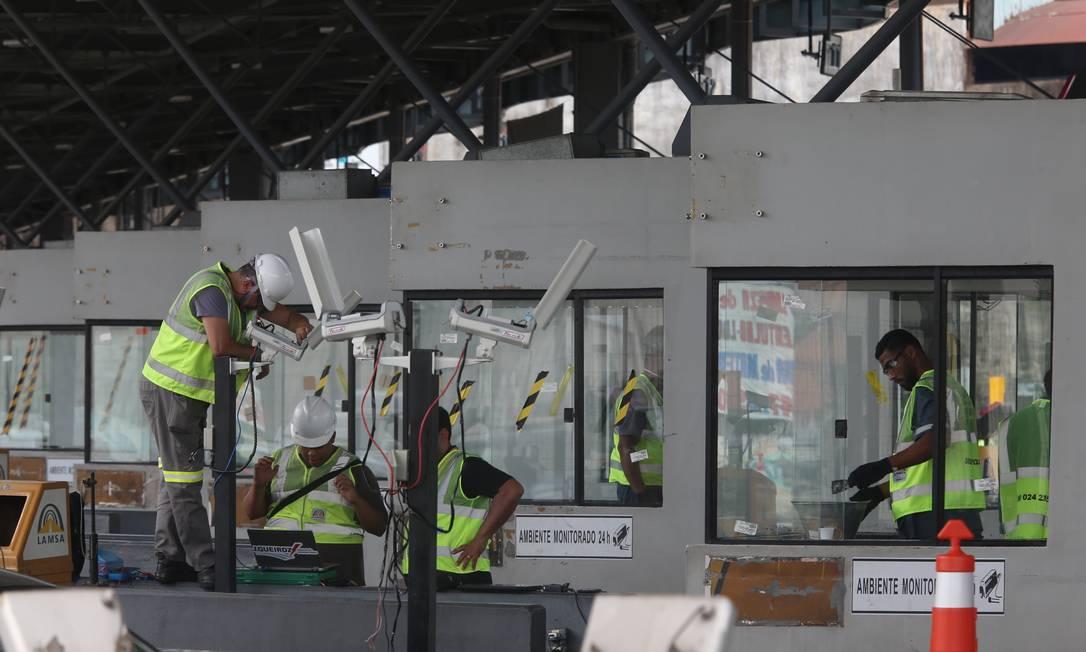 Funcionários da Lamsa trabalham no conserto das cabines e das câmeras de segurança nesta terça Foto: Fabiano Rocha / Agência O Globo