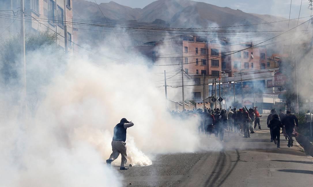 Apoiadores do presidente Evo Morales são apartados com gás lacrimogêneo em La Paz Foto: KAI PFAFFENBACH / REUTERS