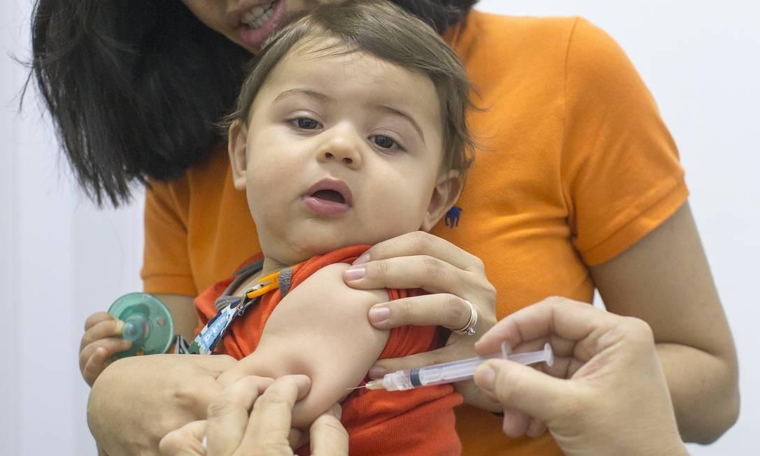 SO São Paulo ( SP ) 18/10/2019 Vacinação contra sarampo. Na foto , Juliana Bouvier, 35 anos com o filho Artur. Foto: Edilson Dantas / Agencia O Globo Foto: Edilson Dantas / Agência O Globo