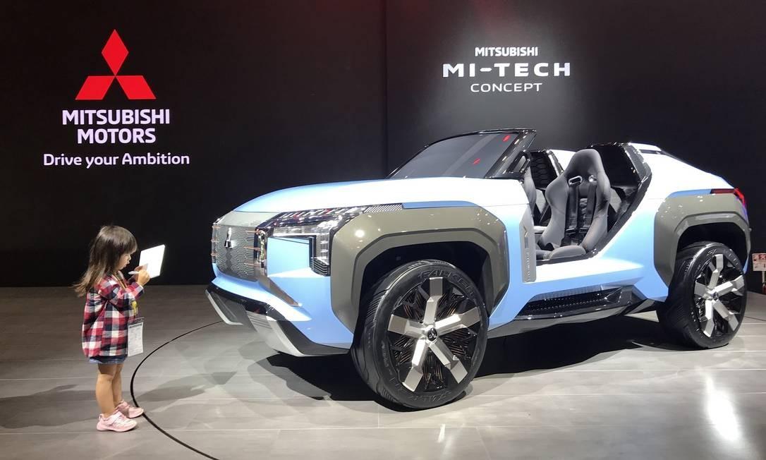 Mitsubishi Mi-Tech: a pequena repórter anota todos os detalhes do jipinho, que não tem teto nem capota, mas é movido por motores elétricos instalados nas rodas Foto: Jason Vogel / CarroEtc