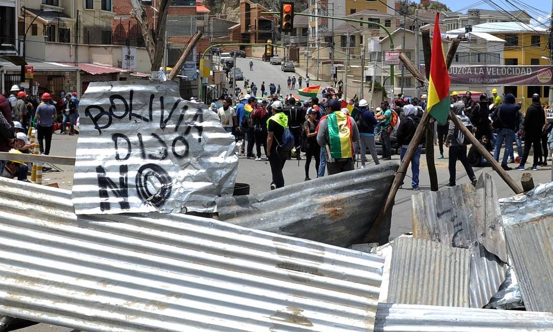 Manifestantes montam uma barricada durante os protestos contra o resultado das eleições de 20 de outubro, em La Paz Foto: JORGE BERNAL / AFP