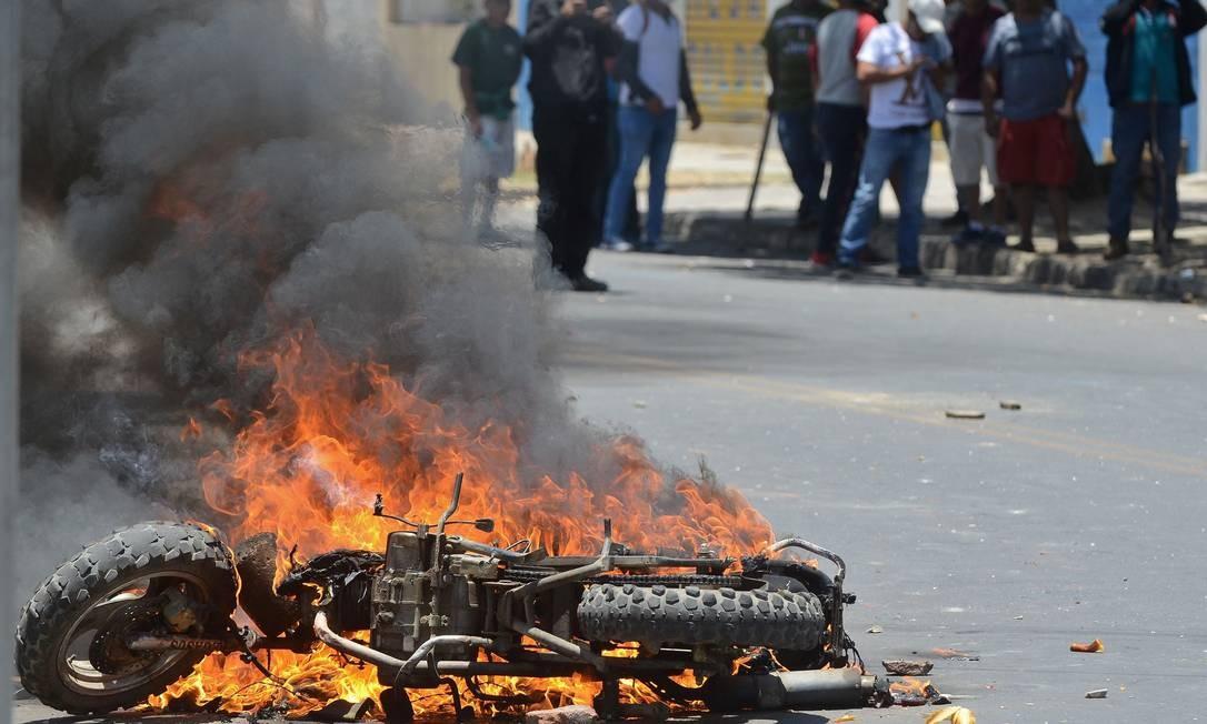 Uma moto é incendiada por apoiadores do presidente Evo Morales durante confrontos com partidários do candidato derrotado Carlos Mesa Foto: STR / AFP