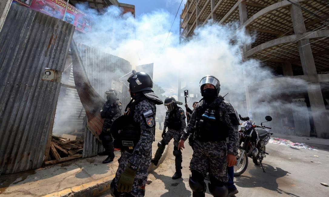 Policiais em meio à fumaça de gás lacrimogêneo durante um protesto em Cochabamba Foto: STRINGER / REUTERS