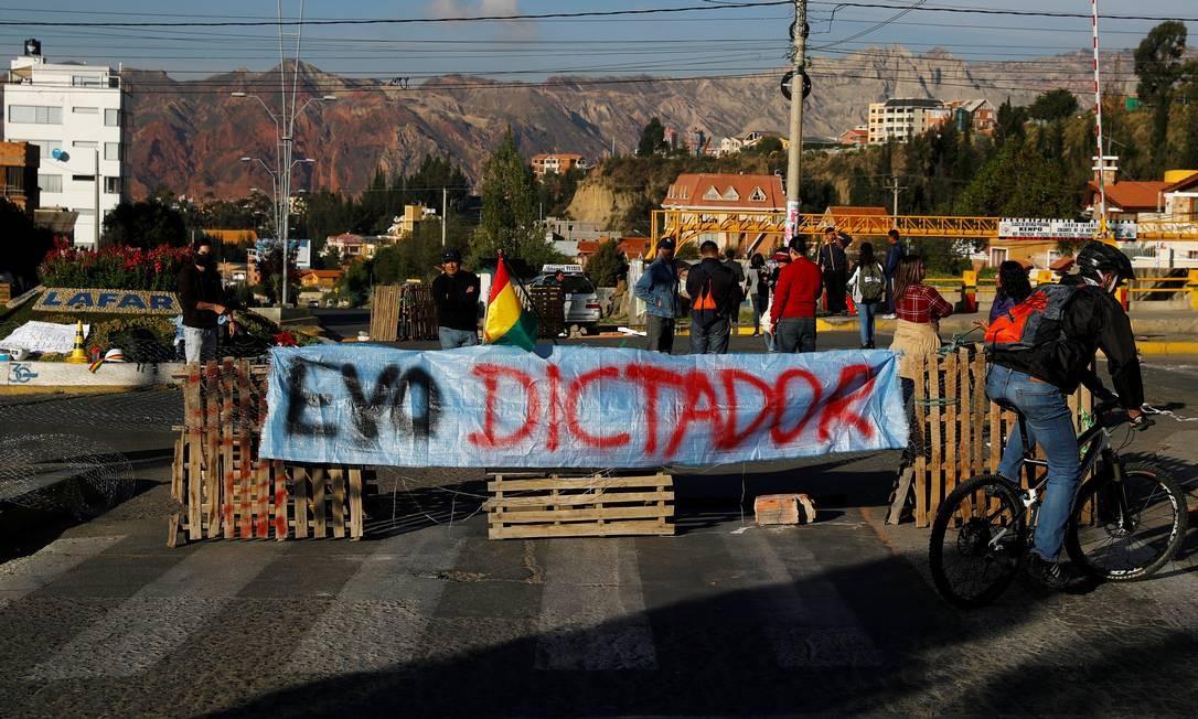 Manifestantes bloqueiam uma rua durante um protesto em La Paz Foto: KAI PFAFFENBACH / REUTERS