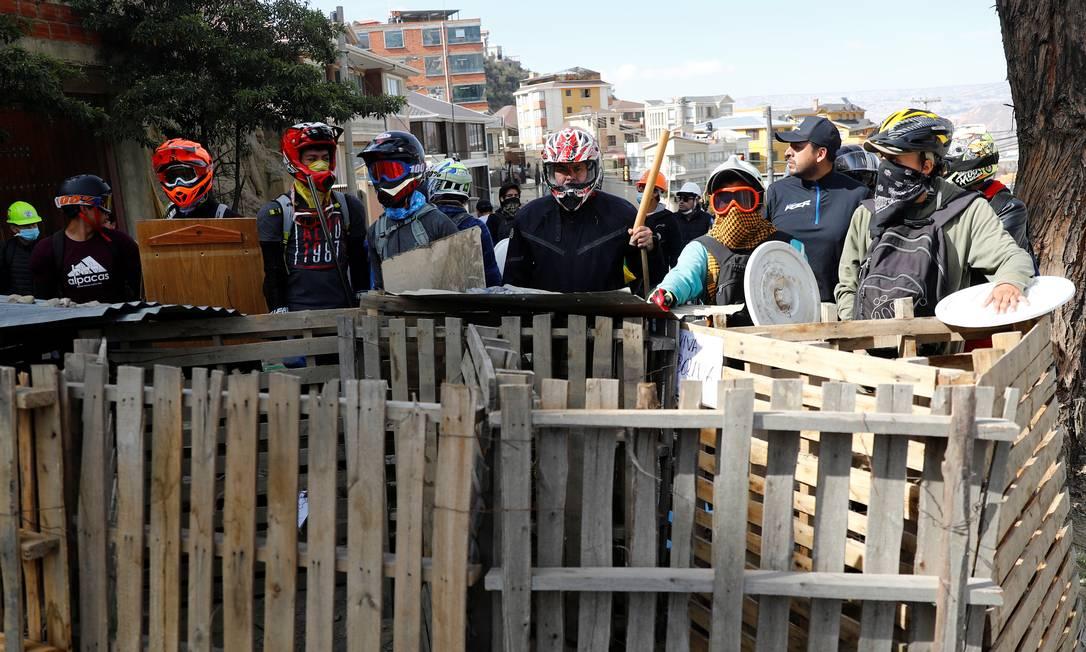 Manifestantes antigoverno montam uma barricada em La Paz Foto: Kai Pfaffenbach / REUTERS