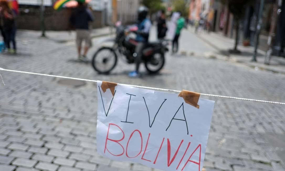 """Cartaz com a inscrição """"Viva Bolívia"""" é vista uma estrada bloqueada em La Paz Foto: DAVID MERCADO / REUTERS"""
