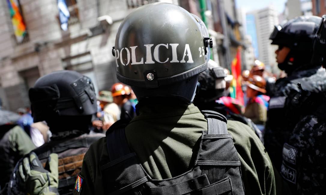 Forças de segurança vigiam o Palácio Presidencial durante um protesto em La Paz Foto: KAI PFAFFENBACH / REUTERS