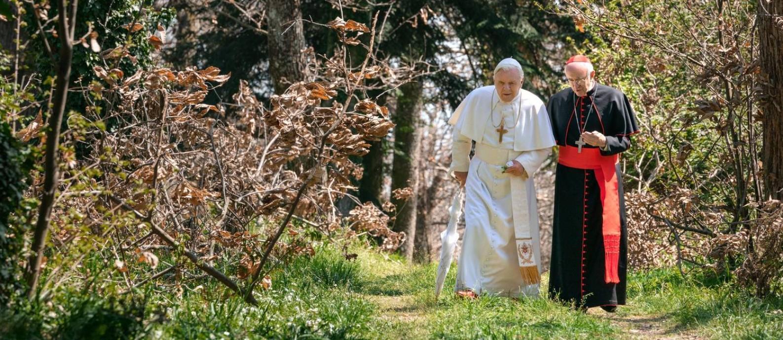 Bento XVI (Anthony Hopkins) e Francisco I (Jorge Bergoglio) em cena de 'Dois papas' Foto: Divulgação/Netflix