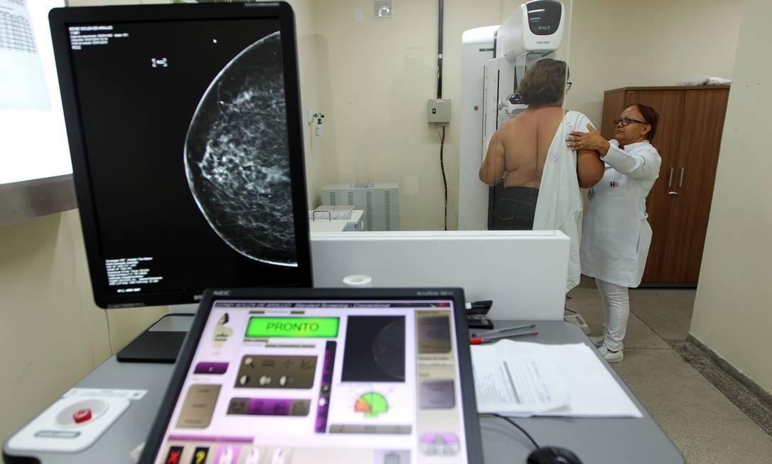 Mulher faz exame de mamografia na Bahia; Senado aprovou projeto que limita acesso ao exane Foto: Carla Garcia / Agência O Globo