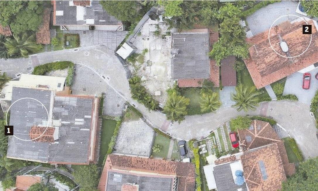 Marcada com o número 1, a casa 58 pertence a Jair Bolsonaro, no Vivendas da Barra; o imóvel fica perto da casa 66, marcada com o 2, de Ronnie Lessa. O outro suspeito do crime disse que iria à casa de Bolsonaro Foto: Arquivo O Globo