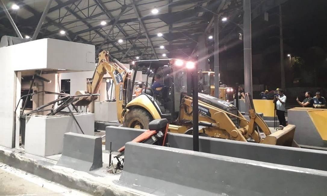 Prefeitura quebrou cabines e cancelas da Linha Amarela Foto: Livia Neder / Agência O Globo
