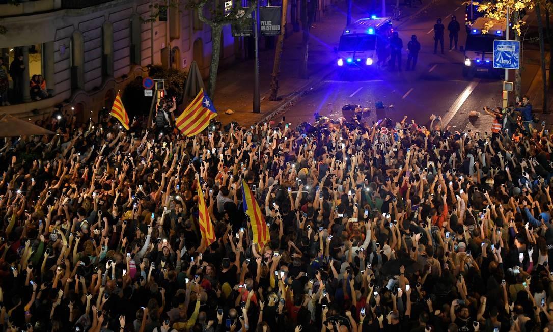 Manifestantes acendem seus smartphones durante protesto separatista, em Barcelona Foto: LLUIS GENE / AFP