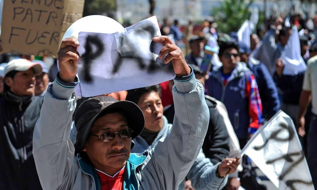 Manifestante pede fim da violência em protesto em La Paz Foto: JORGE BERNAL / AFP