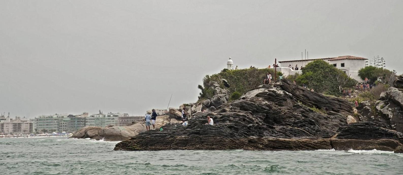 Forte de São Mateus, com a Praia do Forte ao fundo, é um marco histórico para Cabo Frio Foto: Adriana Lorete / Agência O Globo
