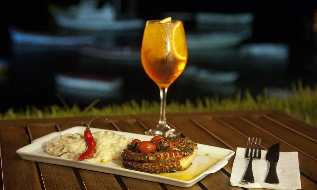 Polvo com risoto do restaurante Arcos do Canal, em Cabo Frio, que tem receitas do chef Claudio Peters Foto: Adriana Lorete / Agência O Globo