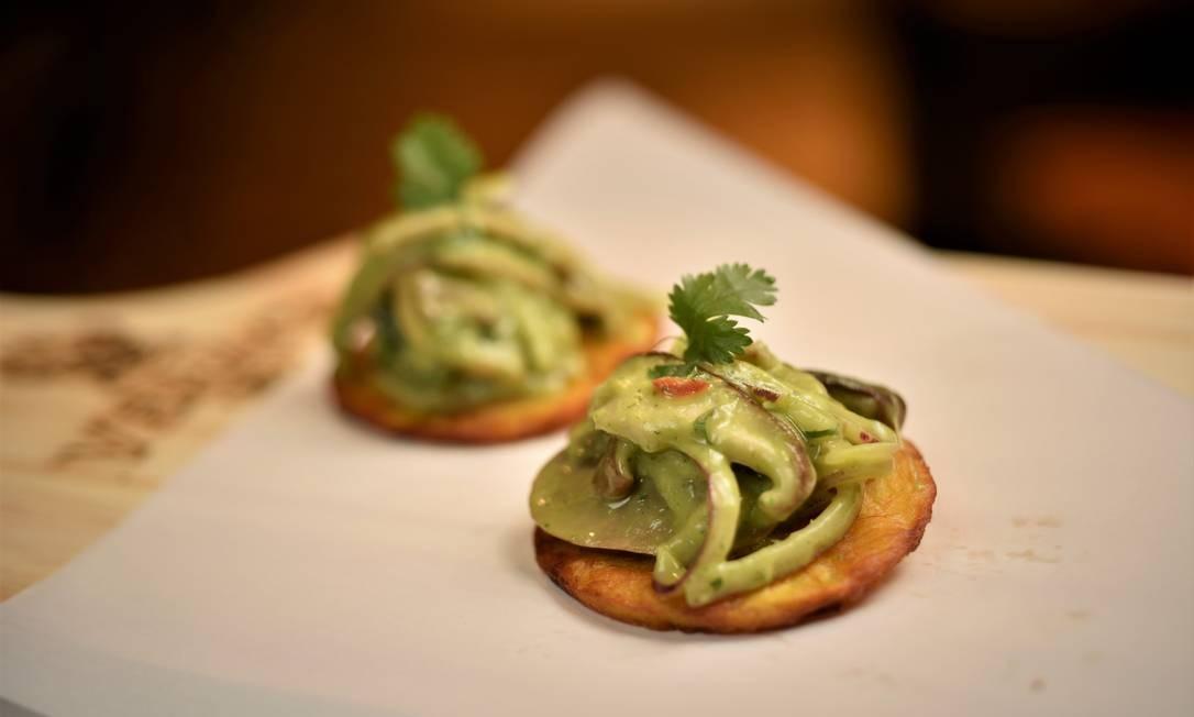 Verace Rio. Patacones: banana da terra, vai um mix de shiitake, com mousse de abacate e cebola roxa Foto: Bruno de Lima / Divulgação