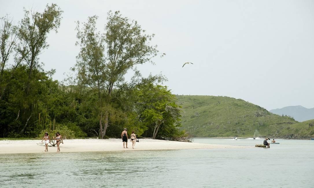 Pedaço de areia na Ilha do Japonês, um dos locais que os estrangeiros buscam depois de visitarem também a Praia do Peró, em Cabo Frio Foto: Adriana Lorete / Agência O Globo