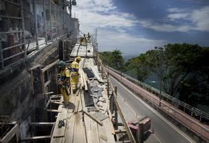 Operários trabalham em obra de contenção na Avenida Niemeyer Foto: Márcia Foletto / Agência O Globo