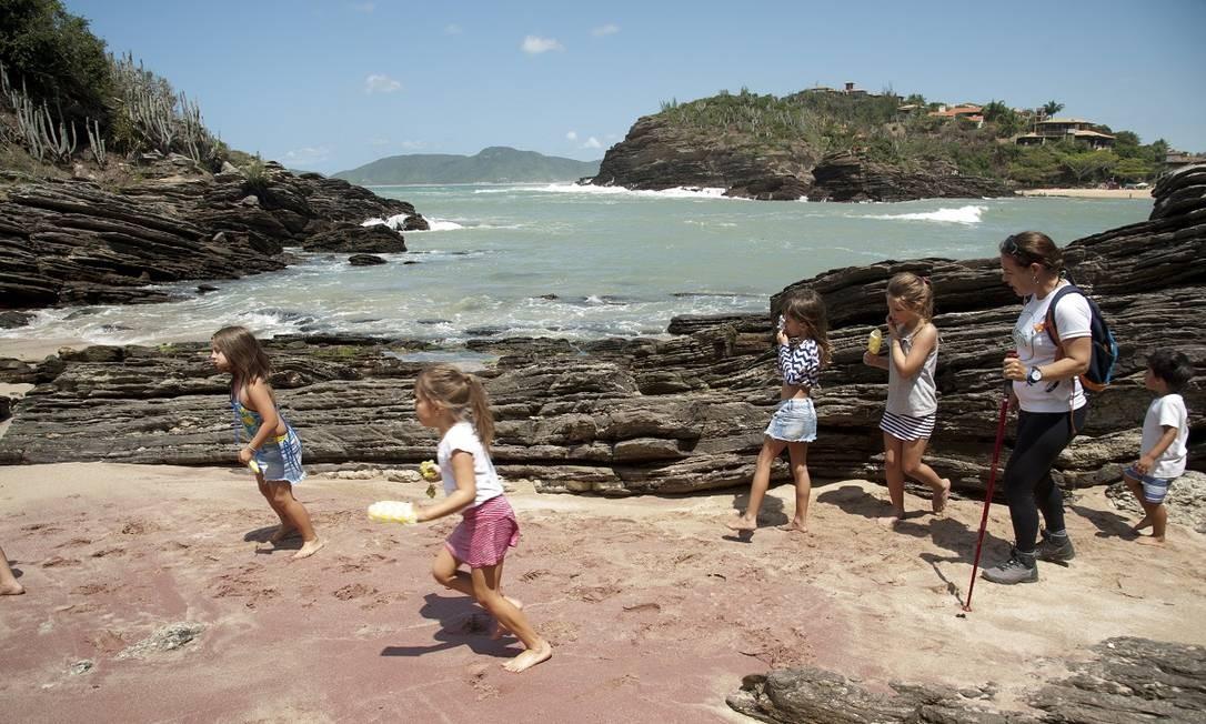 Trilha, piquenique e banho de mar para as crianças na Praia dos Amores, organizado pelo Clubinho + Cactus, com a guia Nicole D'Alincourt, em Búzios Foto: Adriana Lorete / Agência O Globo