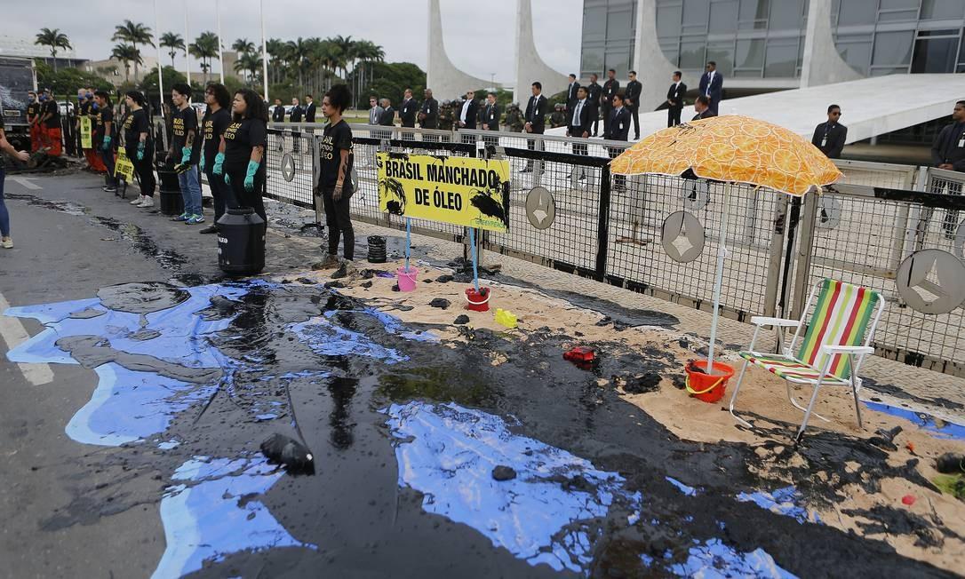 Greenpeace faz protesto em frente ao Palácio do Planalto, com produto simulando óleo Foto: Jorge William / Agência O Globo