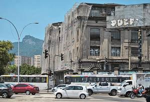 A Estação Leopoldina, construída em 1926, está abandonada: pichações e mau cheiro no entorno Foto: Brenno Carvalho / Agência O GLOBO