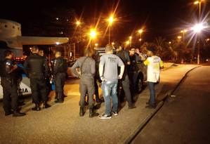 Suspeito foi detido e encaminhado para a DH, na Barra da Tijuca Foto: Letícia Gasparini / Agência O Globo
