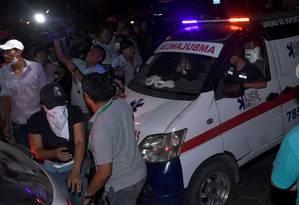 Ambulância carrega corpo de um dos manifestante morto durante os confrontos, em Montero, em Santa Cruz, Bolívia, em 31 de outubro Foto: STRINGER / REUTERS
