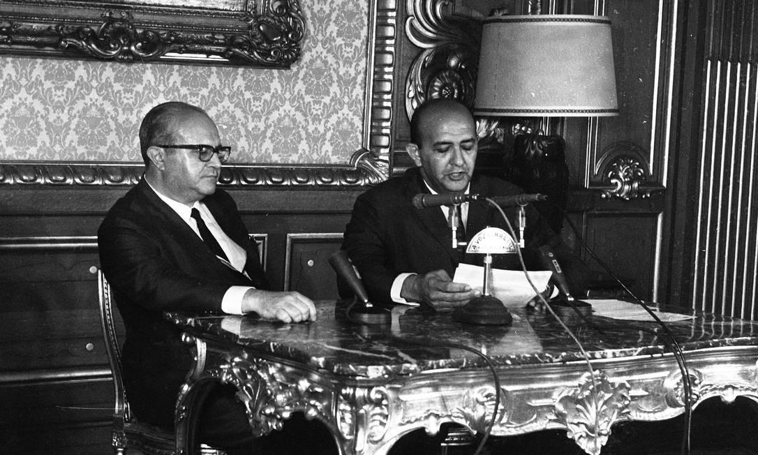 O ministro da Justiça, Luís Antônio Gama e Silva, ao lado do locutor Alberto Curi, durante leitura do AI-5 Foto: OGLOBO / OGLOBO