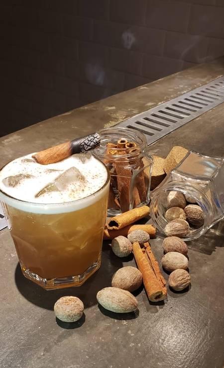 Buteco 21. Coquetel Encruzilhada, com Jim Beam, Martini Dry, purê de abacaxi, sour mix e xarope de tiramissú Foto: Divulgação