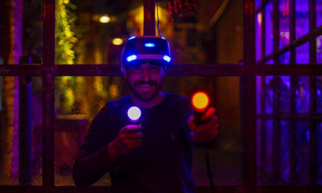Fred, dono do Surreal, bar que oferece jogos de realidade virtual Foto: Alexandre Cassiano / Agência O Globo