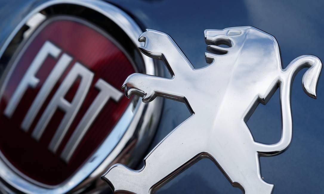 Logos da Peugeot e da Fiat: aliança cria gigante de US$ 50 bilhões Foto: REGIS DUVIGNAU / REUTERS