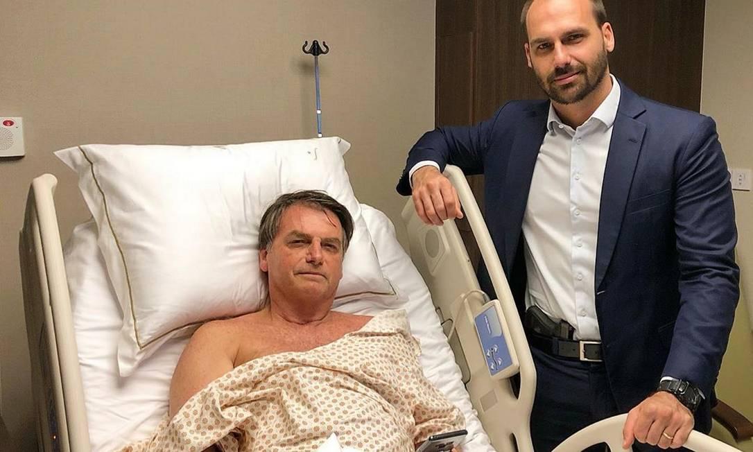 Também em setembro, o deputado postou um foto com uma pistola na cintura durante a visita feita ao pai, Jair Bolsonaro, no hospital onde o presidente se recuperava de um cirurgia de correção de hérnia. Foto: Reprodução