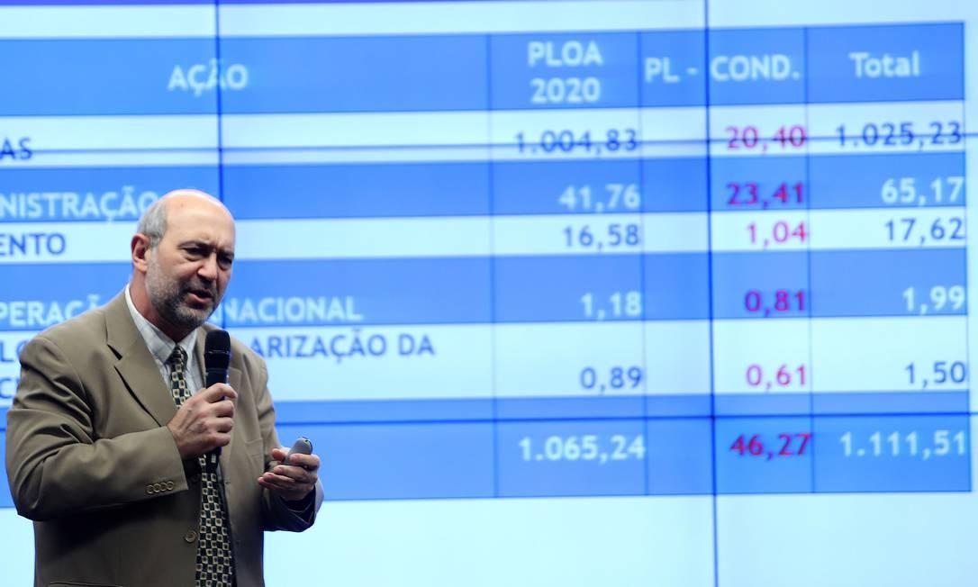 O presidente do CNPq, João Luiz Filgueiras de Azevedo, em audiência pública na Comissão Mista de Orçamento Foto: Jorge William / Agência O Globo